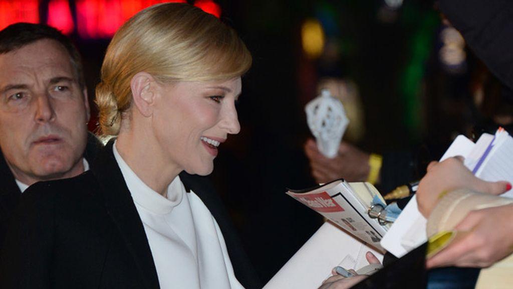 Cate Blanchett firmando autógrafos