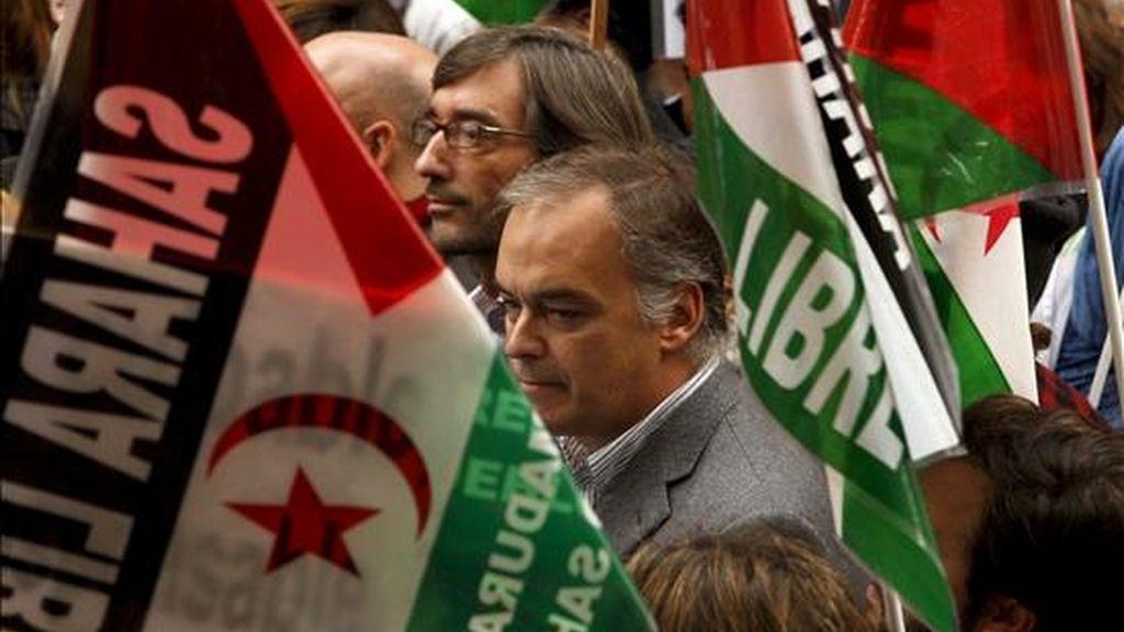 El vicesecretario de Comunicación del PP, Esteban González Pons (primer término), y el secretario del partido en el País Vasco, Iñaki Oyarzabal (junto a él), durante la manifestación celebrada el pasado día 13 en Madrid para condenar el asalto de las fuerzas de seguridad marroquíes al campamento saharaui de Gdaim Izik, en El Aaiún. EFE