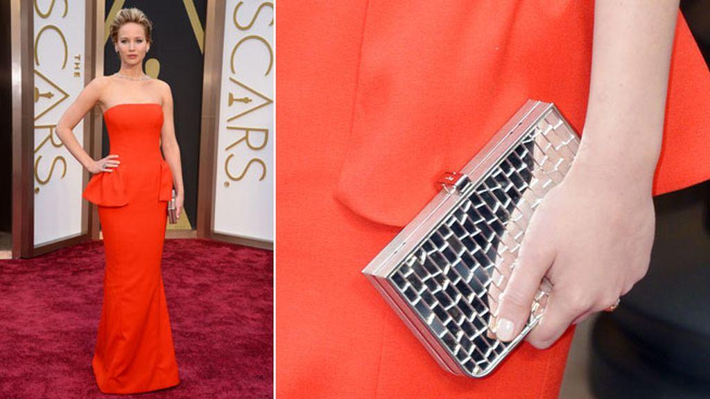 Jennifer Lawrence lució un bolso de Ferragamo y joyas de Neil Lane