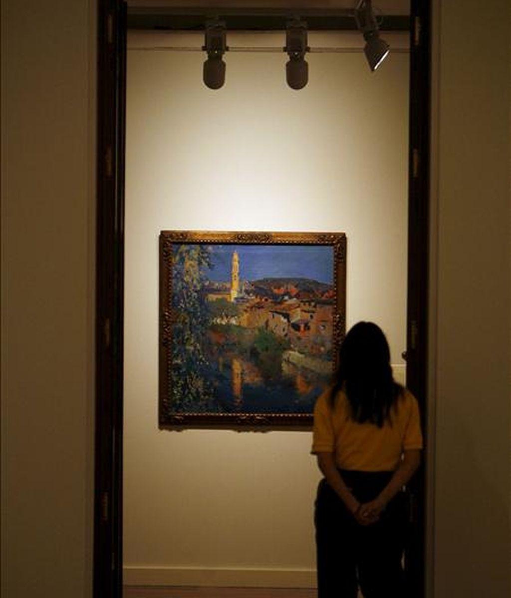 Una visitante observa una obra de Joaquim Mir. EFE/Archivo