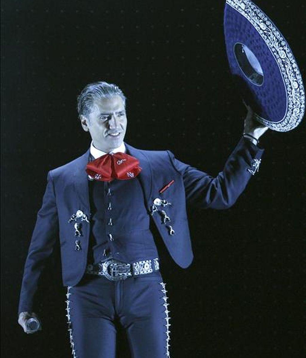 """El cantante mexicano, Alejandro Fernández, durante el concierto que ha ofrecido esta noche en el Palacio de los Deportes de Madrid, incluido en su gira """"Tour dos mundos"""". EFE"""
