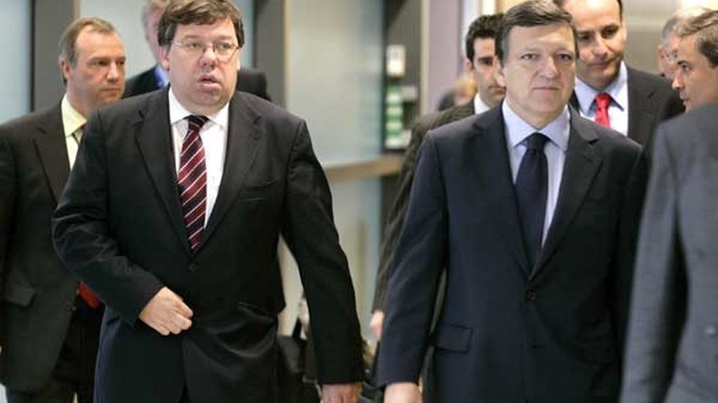 """Brian Cowen, primer ministro irlandés, y Durao Barroso, presidente de la Comisión Europea, en su primer encuentro tras el """"no"""" irlandés. FOTO: EFE"""