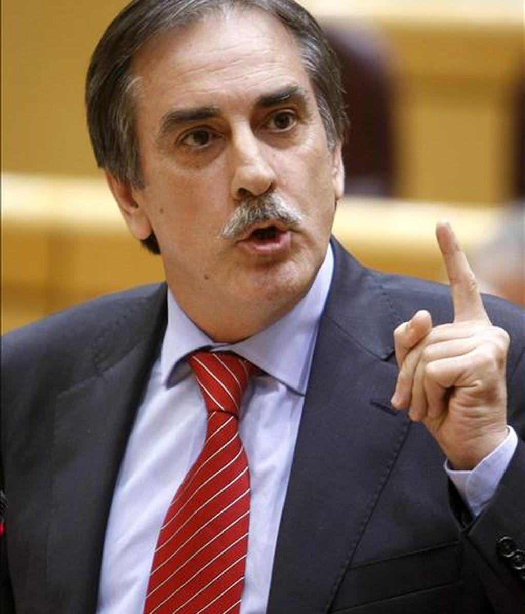 El ministro de Trabajo e Inmigración, Valeriano Gómez, durante su intervención en la sesión de control al Gobierno. EFE/Archivo