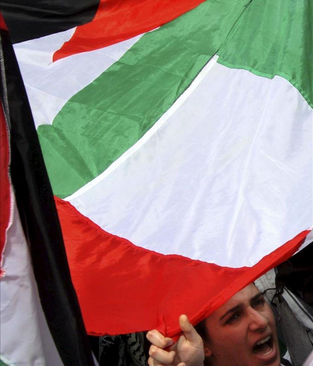 Palestinos ondean banderas durante un funeral. EFE/Archivo