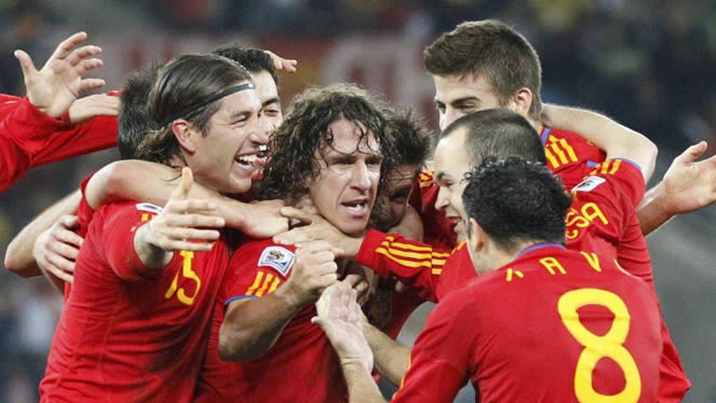 España se abraza tras el gol de Puyol