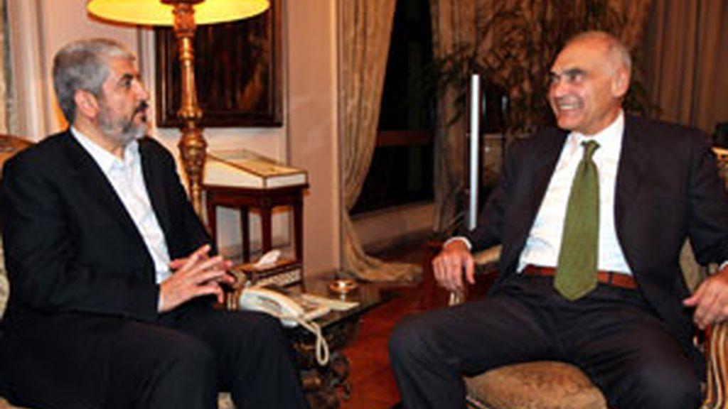 El ministro de Relaciones Exteriores de Egipto, Mohammed Kamel Amr con el líder palestino del Hamas, Jaled Meshal, en El Cairo FOTO: EFE