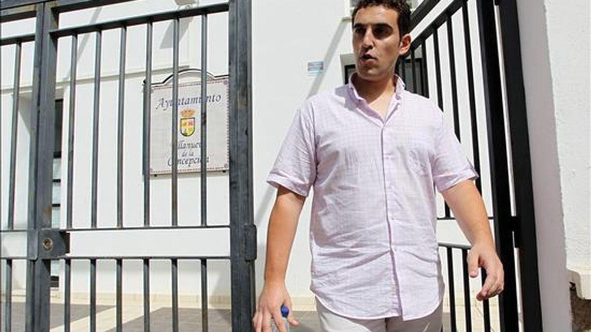 El alcalde de Villanueva de la Concepción (Málaga), Ernesto José Silva, del grupo político Foro Andaluz, sale del consistorio después de que agentes de la Guardia Civil practicasen desde primera hora de ayer un registro en el ayuntamiento de esa localidad. EFE