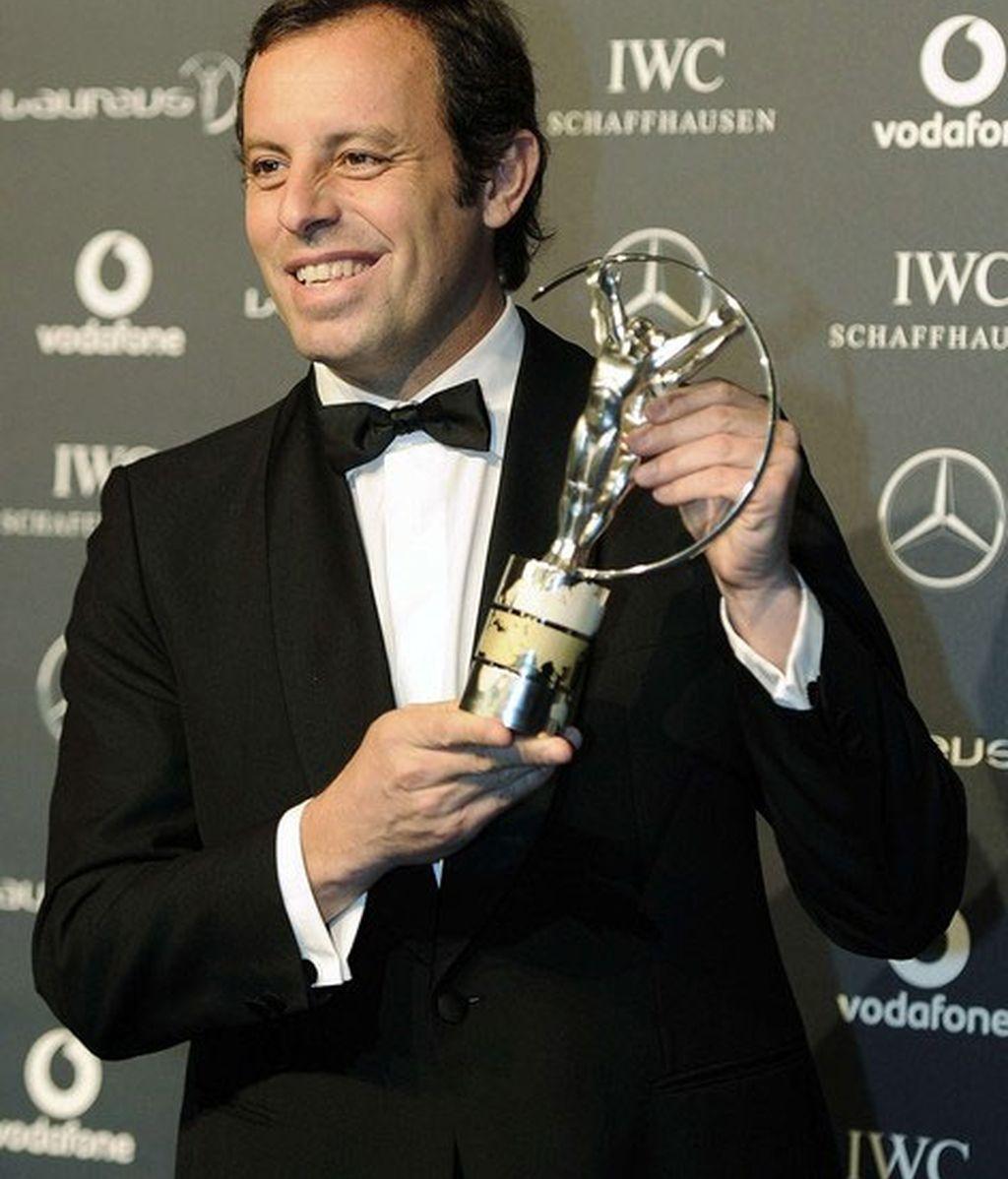 El Presidente del Barcelona, Sandro Rosell recoge el premio entregado al Club durante la entrega de los premios Laureus celebrados en Londres