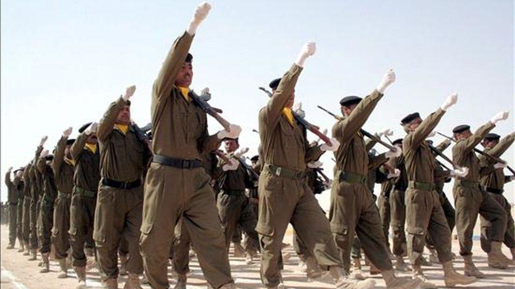 Unos cadetes de policía desfilan durante su ceremonia de graduación como nuevos agentes en la academia de Policía de Najaf, en el sur de Bagdad, Irak. EFE