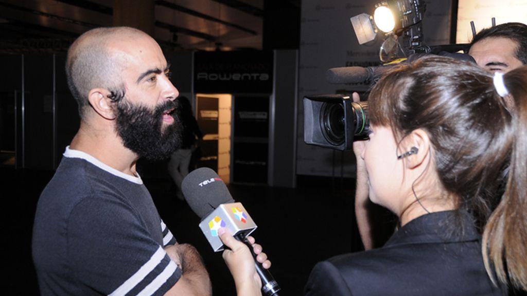 El diseñador Carlos Díez Díez atendía a la prensa antes de su desfile.