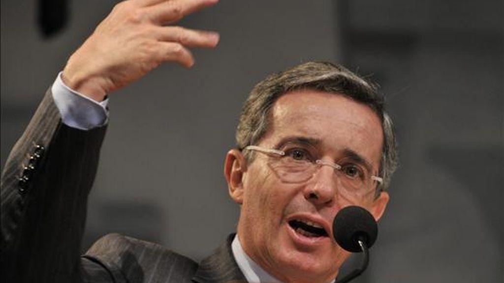 El presidente colombiano, Álvaro Uribe, habla durante su visita a Washington (EEUU), que ha estado marcada por la crisis de Honduras y por sus intentos para desbloquear el Tratado de Libre Comercio (TLC) con EE.UU., pendiente de ratificación en el Congreso de este país. EFE