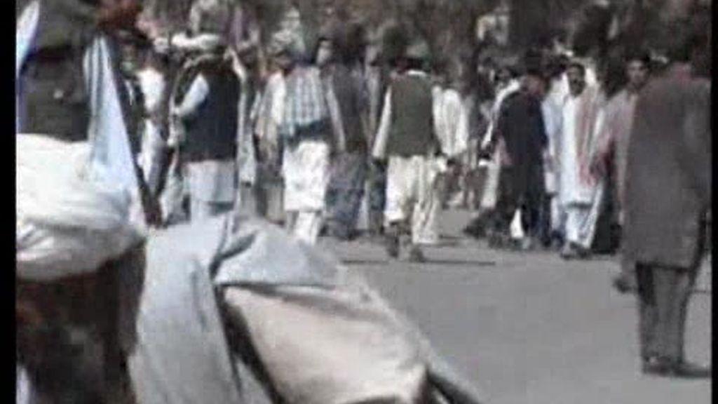 Miles de afganos se manifiestan tras el tiroteo