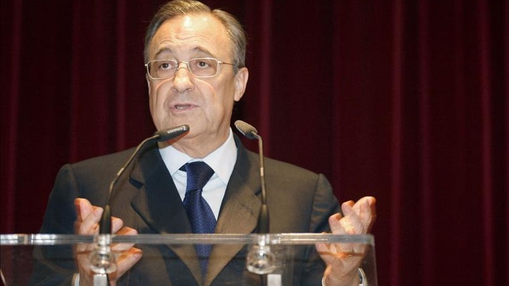El presidente del Real Madrid, Florentino Pérez, durante su comparecencia hoy ante los medios de comunicación, antes del almuerzo previo al Clásico de la noche. EFE