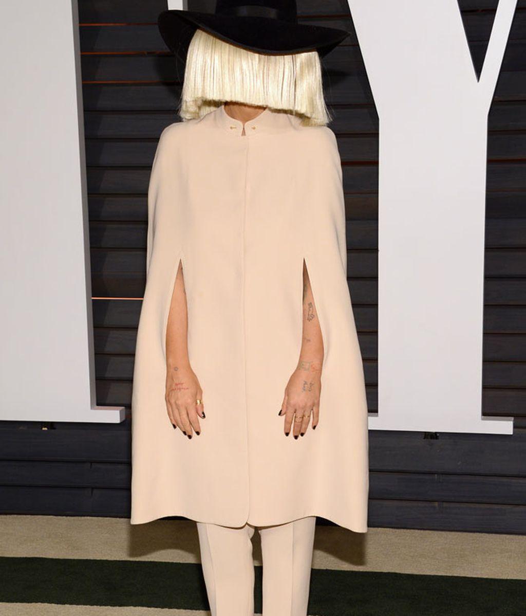Sia posó con el look con el que aparece en su último videoclip