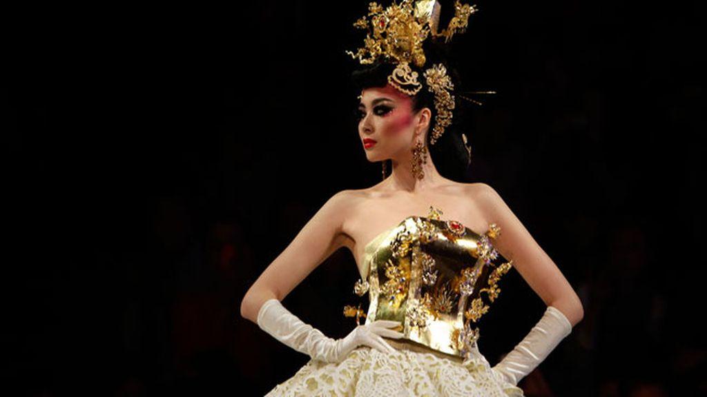 Una modelo china desfila en Pekín
