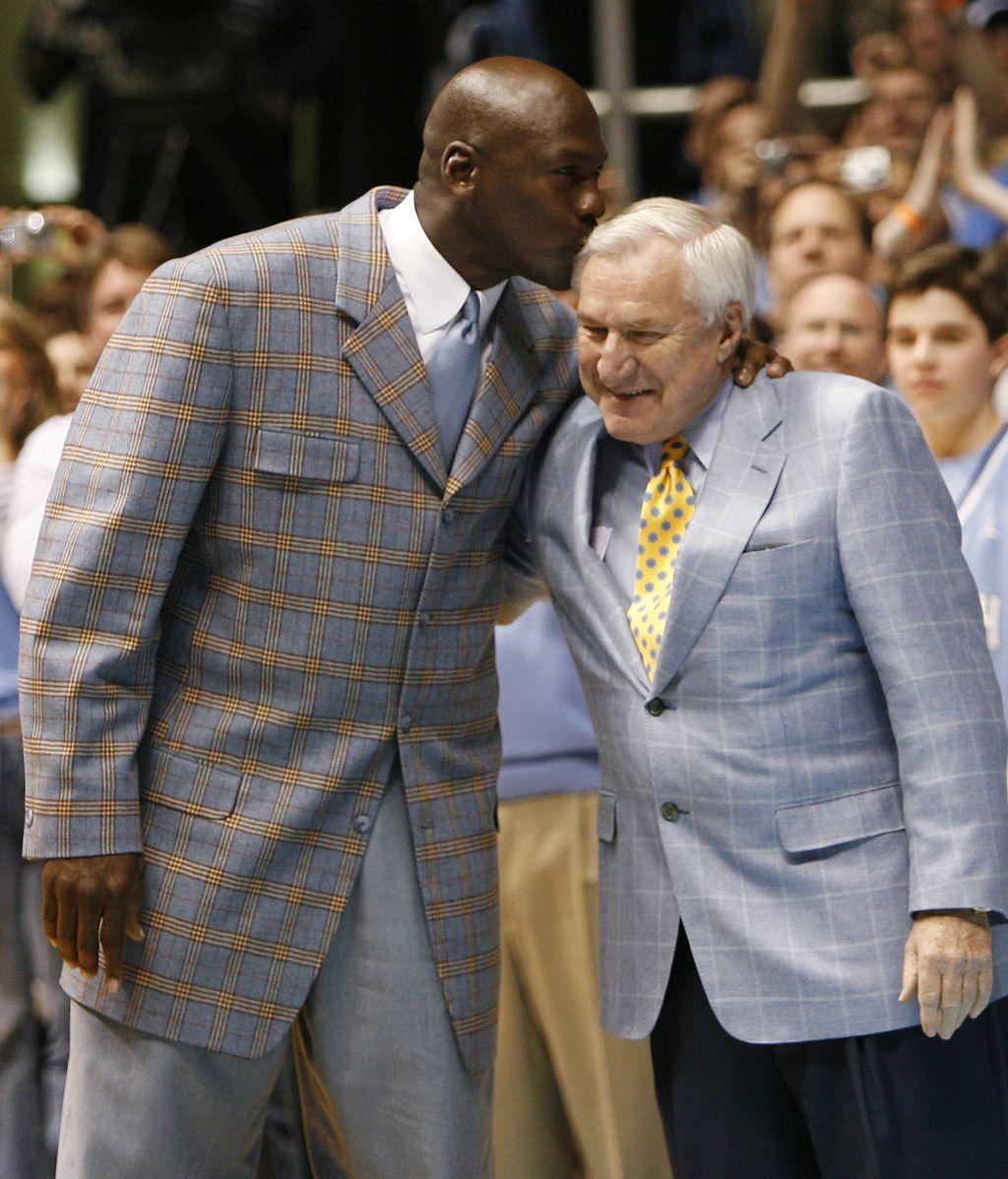 Fallece Dean Smith, histórico entrenador de la Universidad de Carolina del Norte