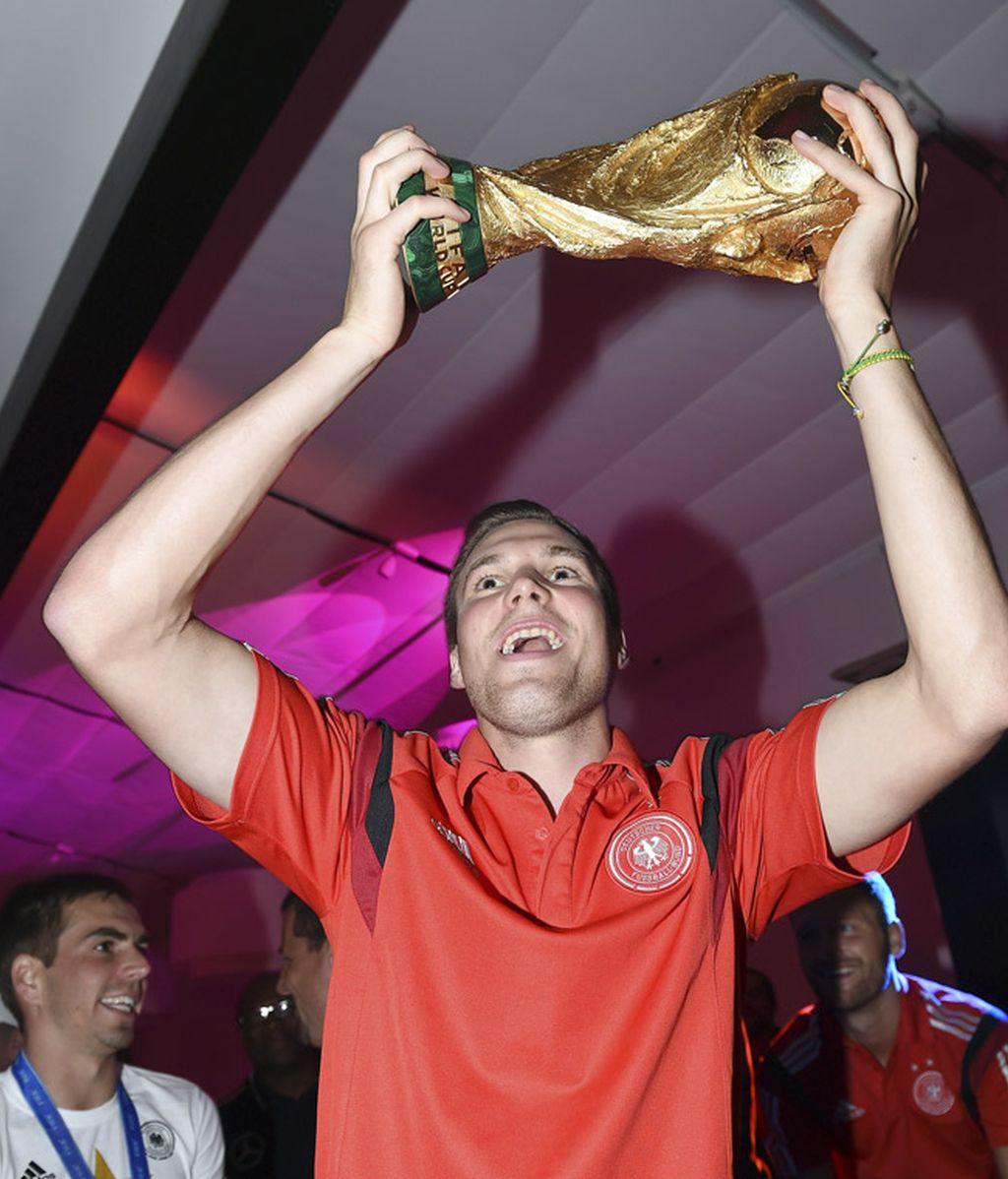 Kevin Grosskreutz posa con la Copa nada más llegar al hotel