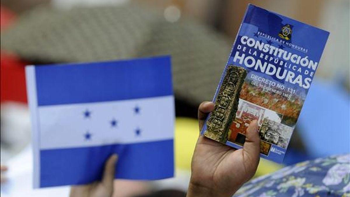 Hondureños demuestran su apoyo al nuevo presidente interino, Roberto Micheletti. EFE