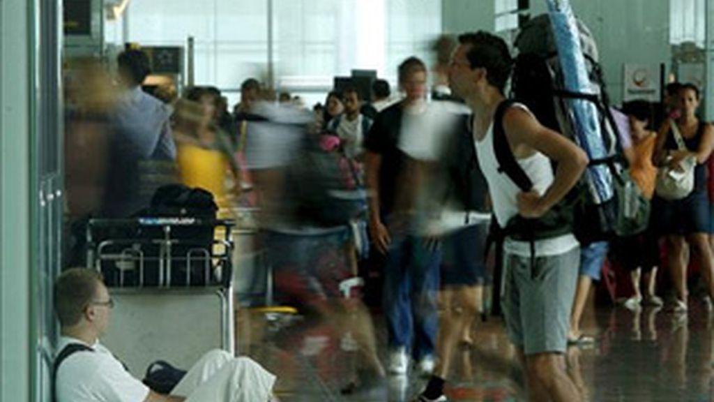Varios pasajeros en la Terminal 1 del aeropuerto de El Prat en una jornada en la que faltaron 39 controladores aéreos del Centro de Control de Tráfico Aéreo de Gavà (Barcelona). Foto: EFE
