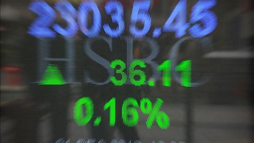 Una pantalla muestra el índice del Hang Seng en un banco en Hong Kong (China). EFE/Archivo