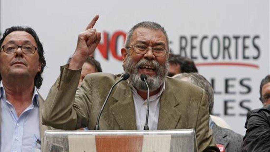 El secretario general de UGT, Cándido Méndez, durante su intervención en la manifestación central en protesta por los recortes salariales de los empleados públicos aprobados por el gobierno, esta tarde en Madrid. EFE