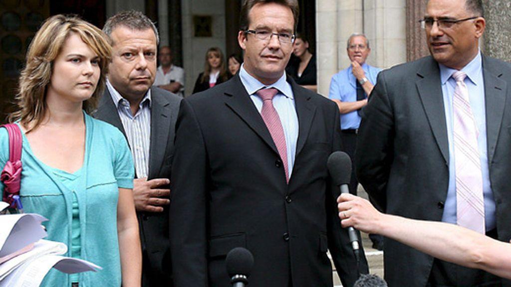 Robert Murat, en el centro, ofrece, junto a su novia y a su abogado, unas palabras frente al Tribunal Supremo de Londres. Foto: EFE
