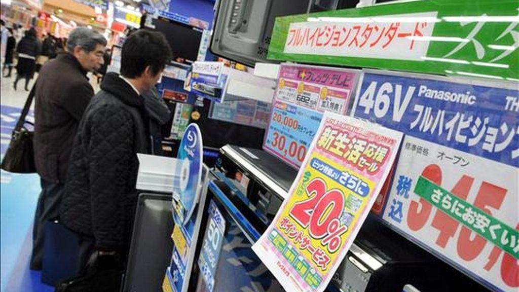 Los clientes de una tienda observan hoy las ofertas en televisores Panasonic en el centro de Tokio, Japón. En el último trimestre de 2008, Panasonic, el gigante nipón de la electrónica registró pérdidas netas de 63.100 millones de yenes (705 millones de dólares) y pronosticó para el ejercicio actual sus primeros números rojos en seis años. Por este motivo, recortará 15.000 empleos en todo el mundo antes de marzo de 2010. EFE