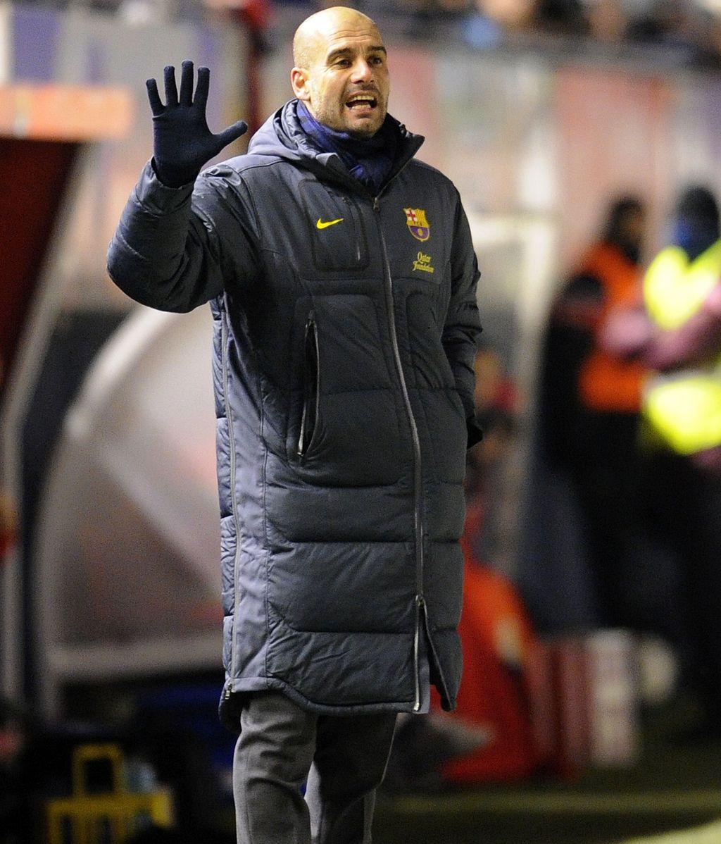 Pep Guardiola da instrucciones durante el partido contra Osasuna en el Reyno de Navarra