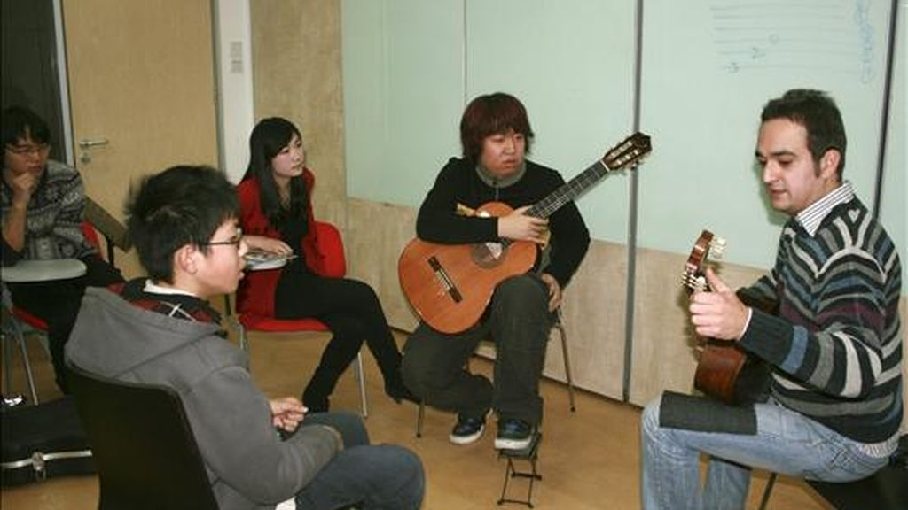 El guitarrista andaluz Francisco Bernier, considerado por la crítica uno de los más virtuosos de su generación, en el taller que impartió hoy en Pekín. EFE