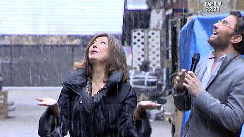 La presentadora le ha tirado una bola de nieve a Joaquín Prat durante la despedida