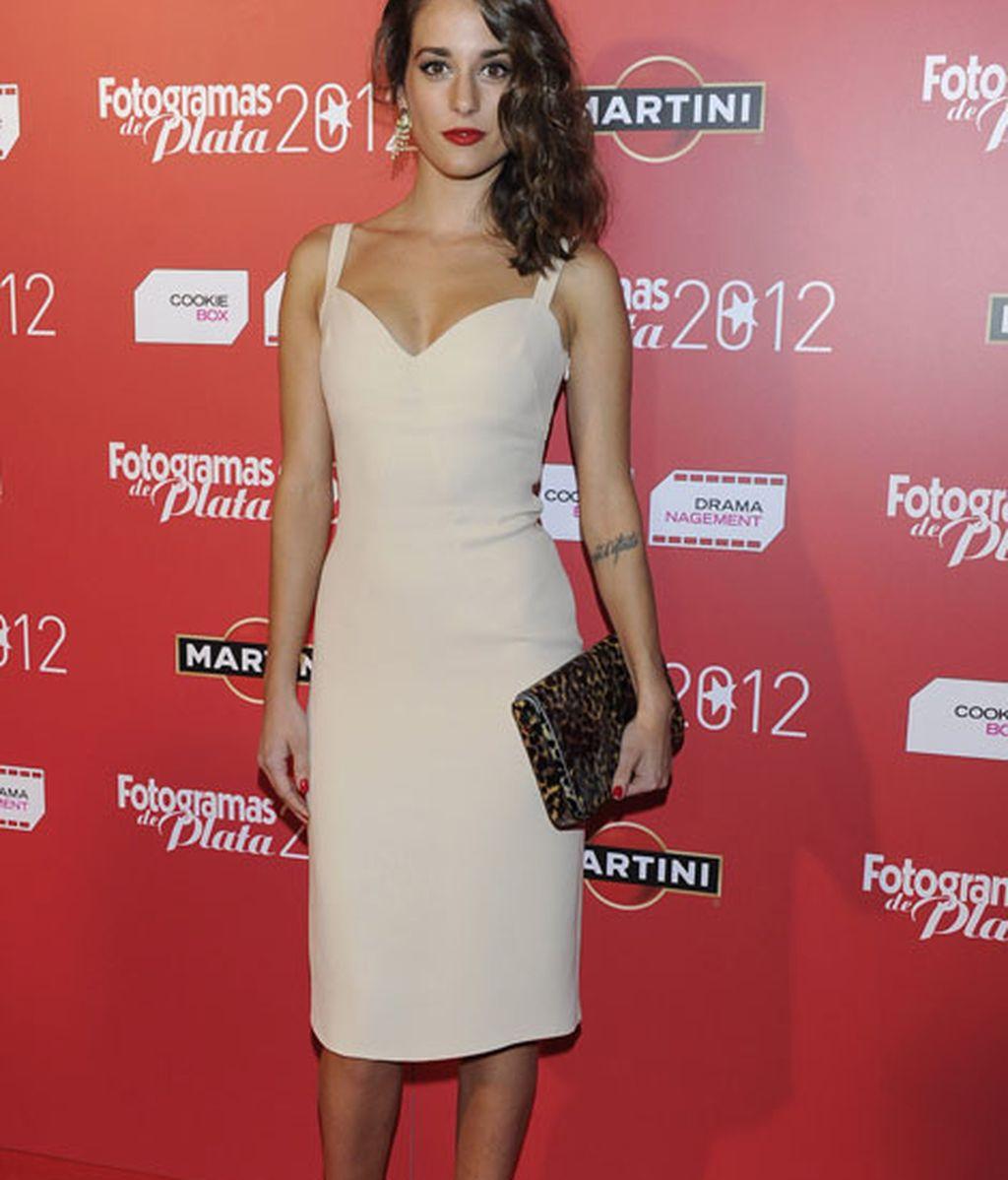 Silvia Alonso, lució un vestido tubo en color nude