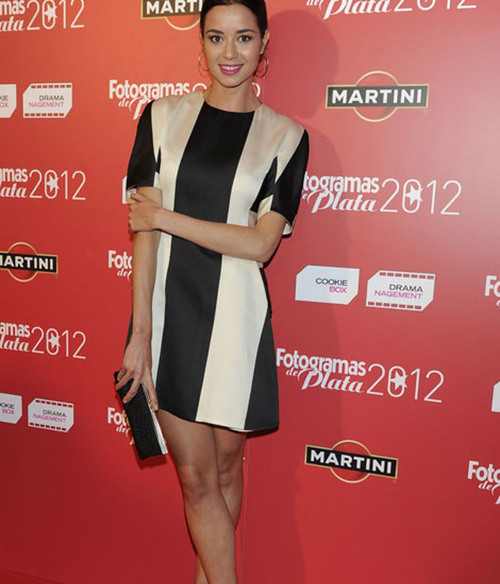 Dafne Fernández se unió a la moda de las rayas blancas y negras