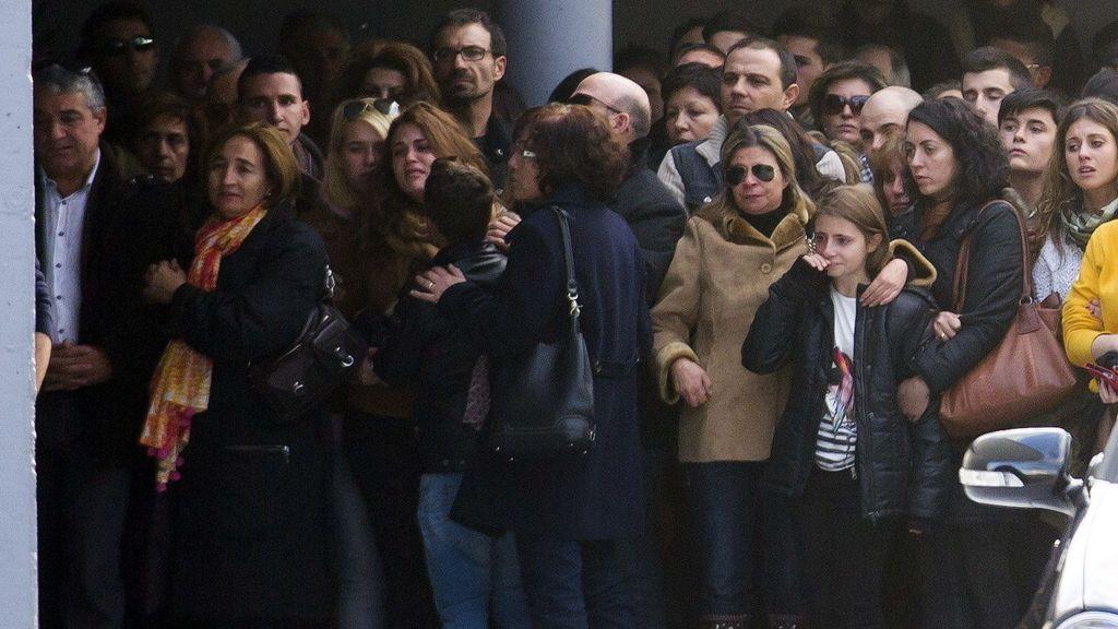 El padre de Katia, fallecida en el Madrid Arena, le da el último adios a su hija acompañado de familiares y amigos