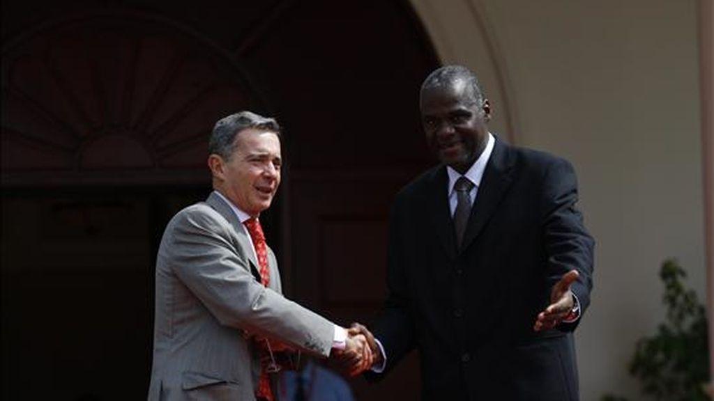 El presidente de Colombia, Alvaro Uribe, saluda al primer ministro de Trinidad y Tobago, Patrick Manning, poco antes de la ceremonia de clausura de la V Cumbre de las Americas. EFE