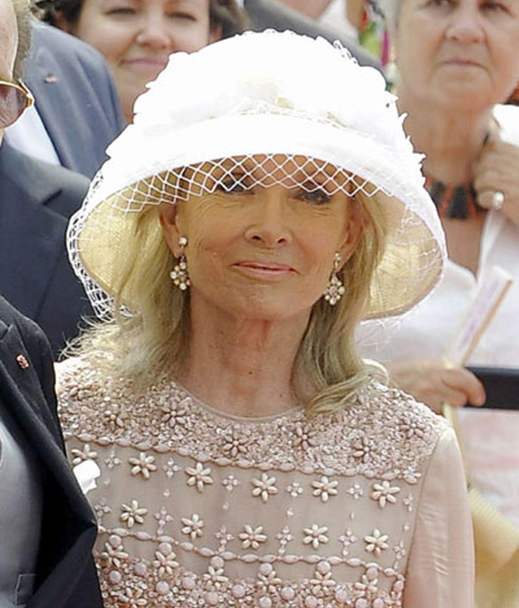 La mujer de Roger Moore lució un sombrero blanco