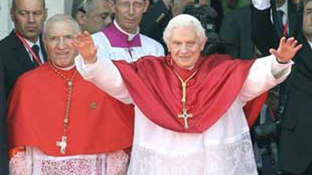 El cardenal arzobispo de Madrid junto a Benedicto XVI durante la JMJ celebrada en Madrid en días pasados. Foto archivo EFE