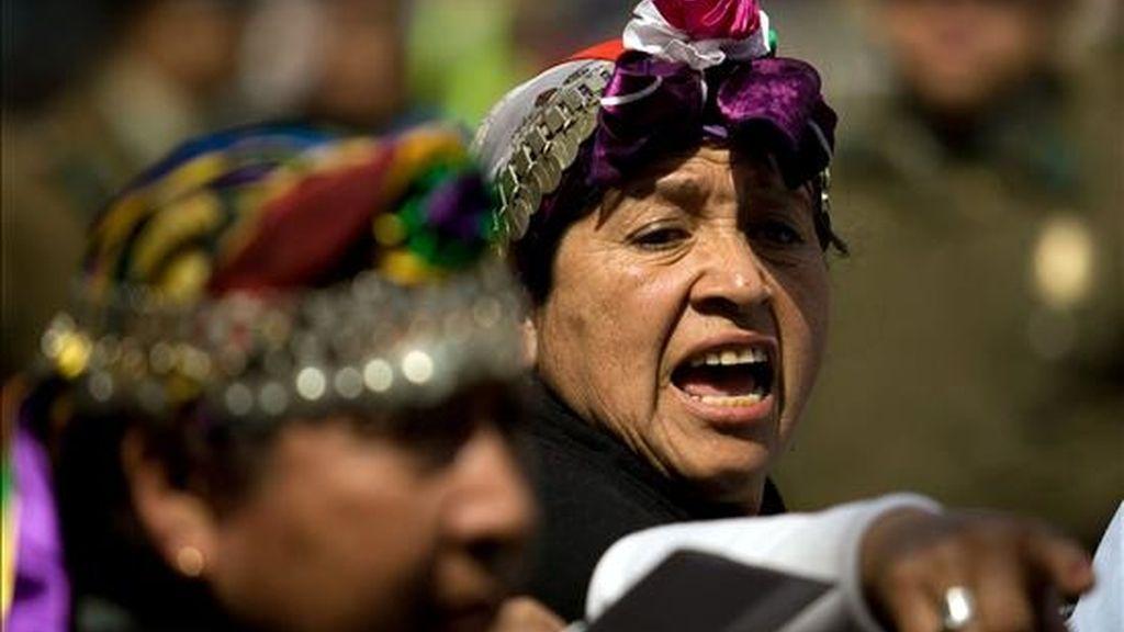 Mapuches se manifiestan frente al palacio La Moneda el pasado 15 de septiembre de 2010, en Santiago (Chile), en apoyo a los comuneros mapuches en huelga de hambre. EFE/Archivo