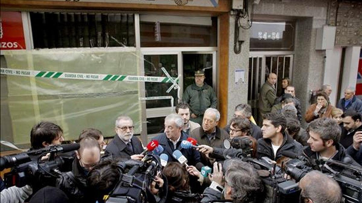 En la imagen, el secretario general del PSdeG, Manuel 'Pachi' Vázquez, atiende a los medios de comunicación frente a la fachada del local de la sede del PSOE en la localidad coruñesa de Betanzos, donde dos artefactos incendiarios han provocado en la madrugada de este martes daños materiales. EFE