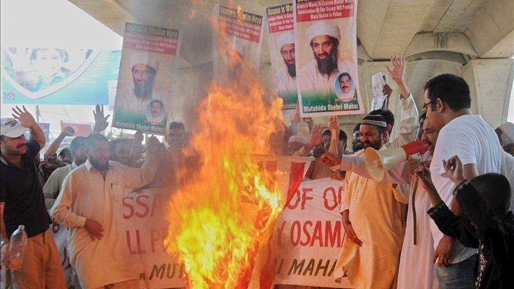 Varios manifestantes paquistaníes queman una bandera de EEUU en protesta contra el ataque estadounidense que acabó con la vida del líder de Al Qaeda, Osama bin Laden, en Multan (Pakistán).