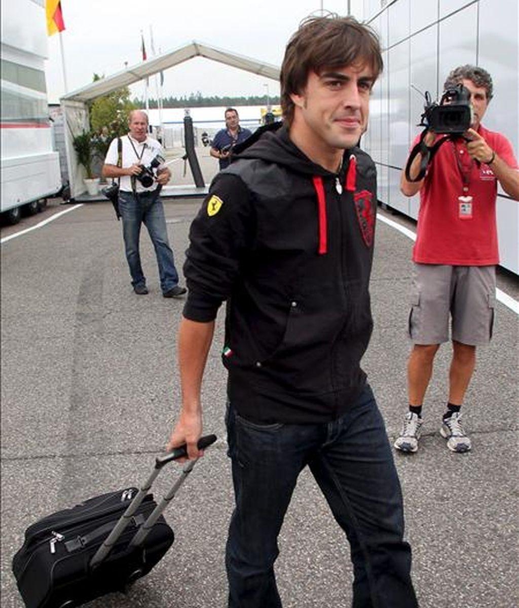 """El piloto español de Fórmula Uno, Fernando Alonso, de Ferrari, camina hoy por el """"paddock"""" en el circuito de Hockenheimring, en Hockenheim (Alemania). El Gran Premio de Alemania de Fórmula Uno se disputará el próximo domingo 25 de julio. EFE"""