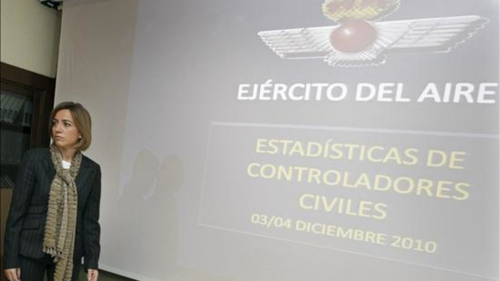 La ministra de Defensa, Carme Chacón, durante la reunión que ha mantenido con el jefe de Estado Mayor del Ejército del Aire (JEMA), José Jiménez Ruiz, y el Jefe de Estado Mayor de la Defensa (JEMAD), José Julio Rodríguez, para analizar la evolución del tráfico aéreo tras la declaración del Estado de Alarma, esta tarde en el Cuartel General del Ejército del Aire. EFE