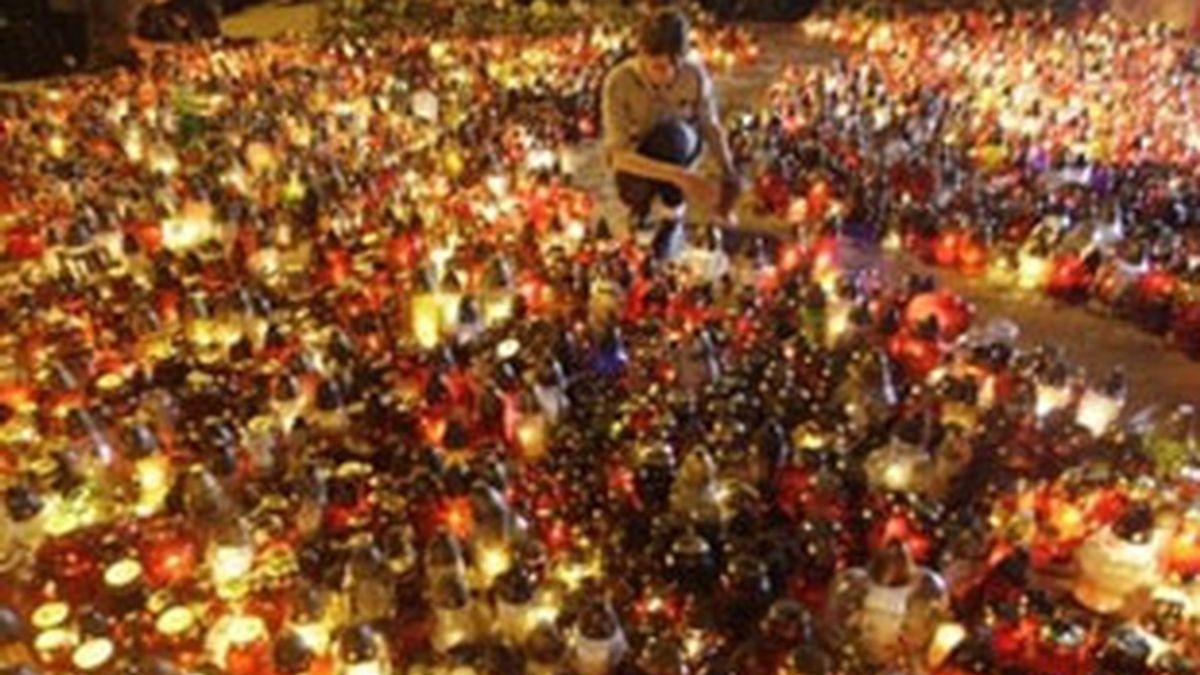 Miles de ciudadanos han depositados velas a las puertas del palacio presidencial en Varsovia. Vídeo: Informativos Telecinco