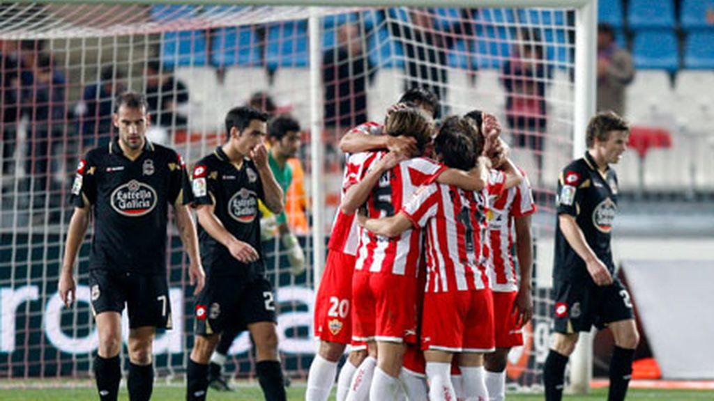 Los jugadores del Almeria celebran el gol en propia puert de Rindaroy. Foto: EFE.