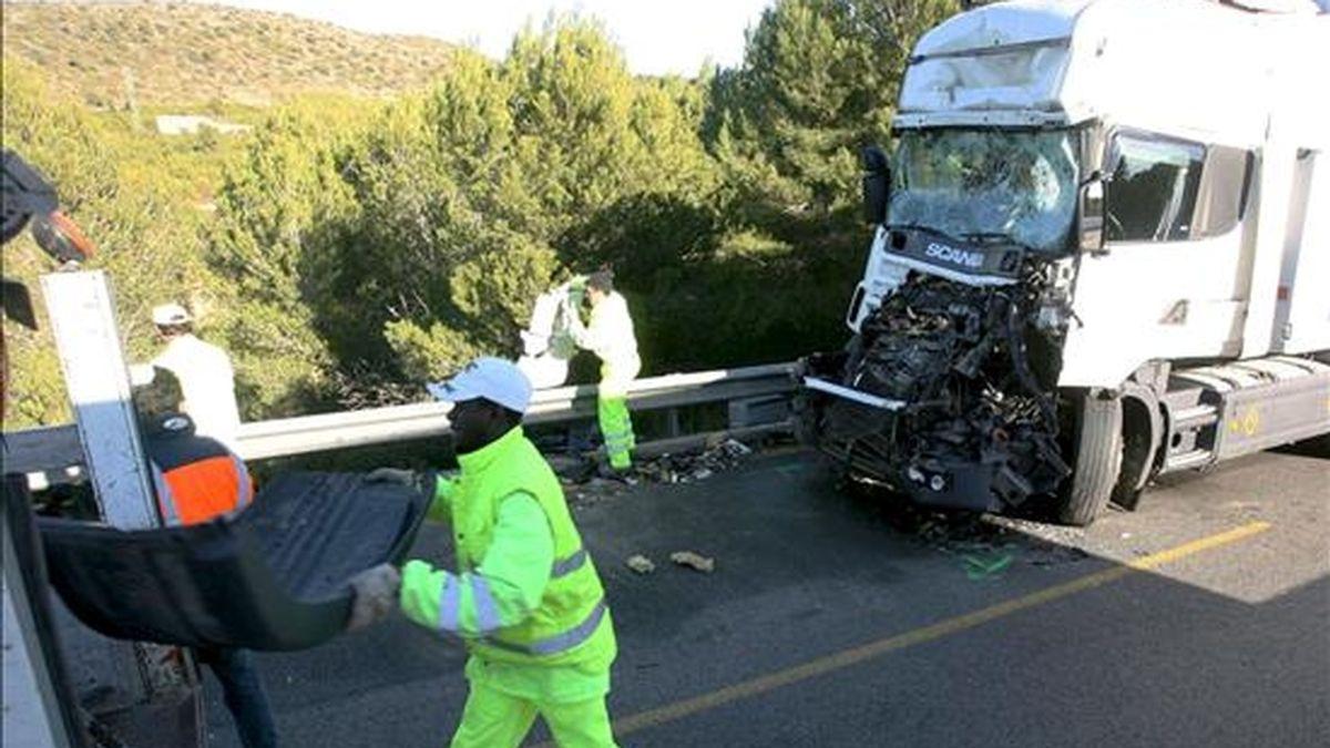 En la imagen, un empleado de autopistas retira los restos de un camión accidentado en la AP-7 en sentido sur a su paso por el termino municipal de Tarragona. EFE/Archivo