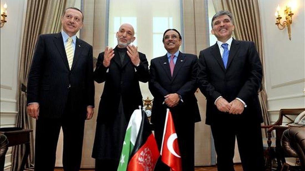 Fotografía facilitada por el Departamento de Prensa de la Presidencia de Turquía (DPPT) que muestra (i-d) al primer ministro turco, Recep Tayyip Erdogan, al presidente afgano, Hamid Karzai, al presidente paquistaní, Asif Zardari, y al presidente turco, Abdullah Gul, durante su reunión en Ankara (Turquía), el 1 de abril de 2009. Los líderes se han reunido para debatir sobre seguridad. EFE/Murat Cetinmuhurdar/Departamento de Prensa de la Presidencia de Turquía