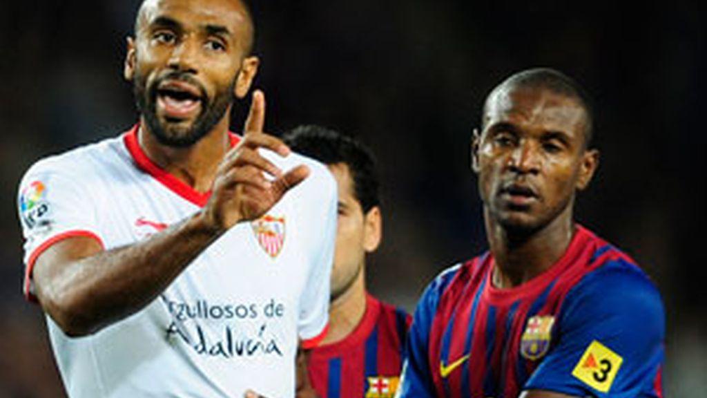 Kanouté durante la tangana en el encuentro entre el Sevilla y el Barcelona. Foto: EFE