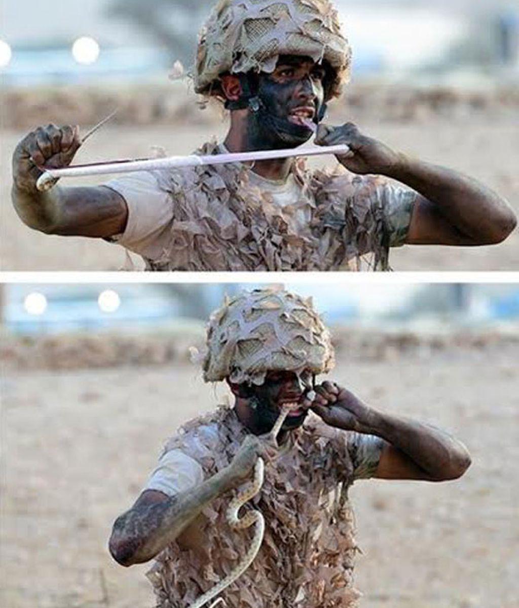Un soldado saudí devora una serpiente viva en pleno entrenamiento
