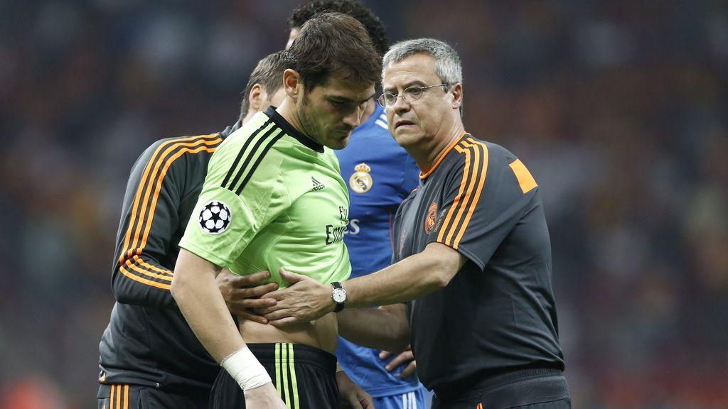 El guardameta del Real Madrid, Iker Casillas (c), se retira lesionado del primer partido del grupo B de la Liga de Campeones disputado frente al Galatasaray