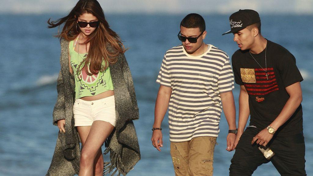 Selena se divierte en la playa sin Justin