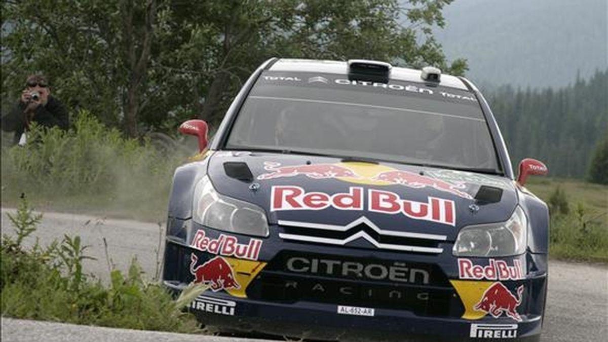 El piloto finlandés Kimi Raikkonen conduce su Citroen C4 WRC ayer, durante la primera etapa del Rally Bulgaria 2010 en Borovets (Bulgaria). EFE